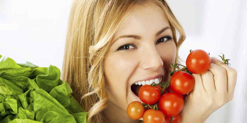 femme qui mange des legumes