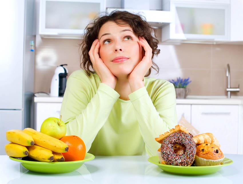 femme qui mange des fruits